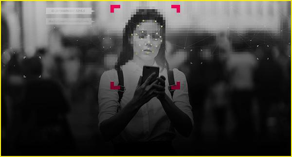 Imagem desfocada de mulher segurando celular