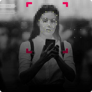 Imagem desfocada de mulher olhando no celular